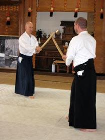 Ethan Weisgard underviser både i Tai Jutsu (aikido'ens kropsteknikker) såvel som i de traditionelle Aikido våbenformer Aiki-ken og Aiki-jo (sværd og stav).